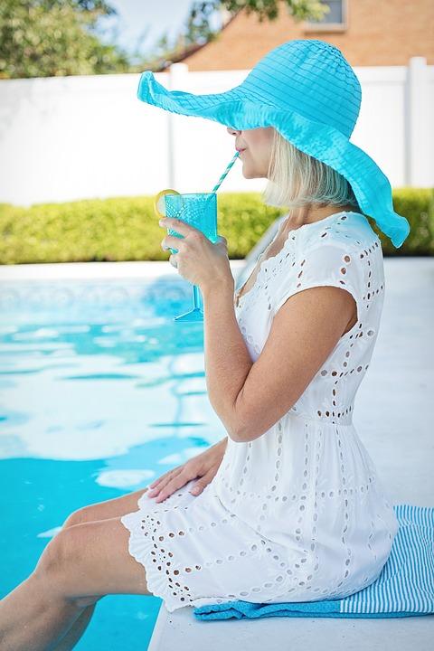 juicing on poolside